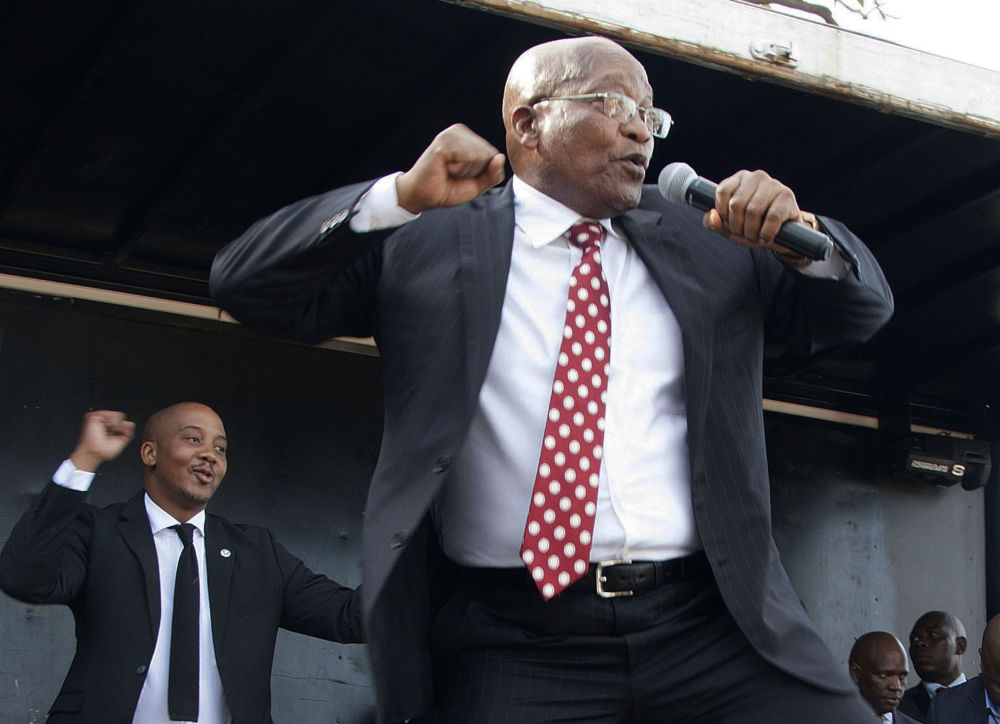 L'ex Presidente del Sud Africa Jacob Zuma danza di fronte ai propri sostenitori dopo la comparsa al tribunale superiore di Durban