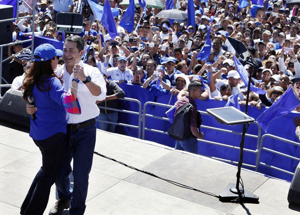 Il Presidente dell'Honduras Juan Orlando Hernandez balla con la moglie alla manifestazione per le Primarie a Tegucigalpa