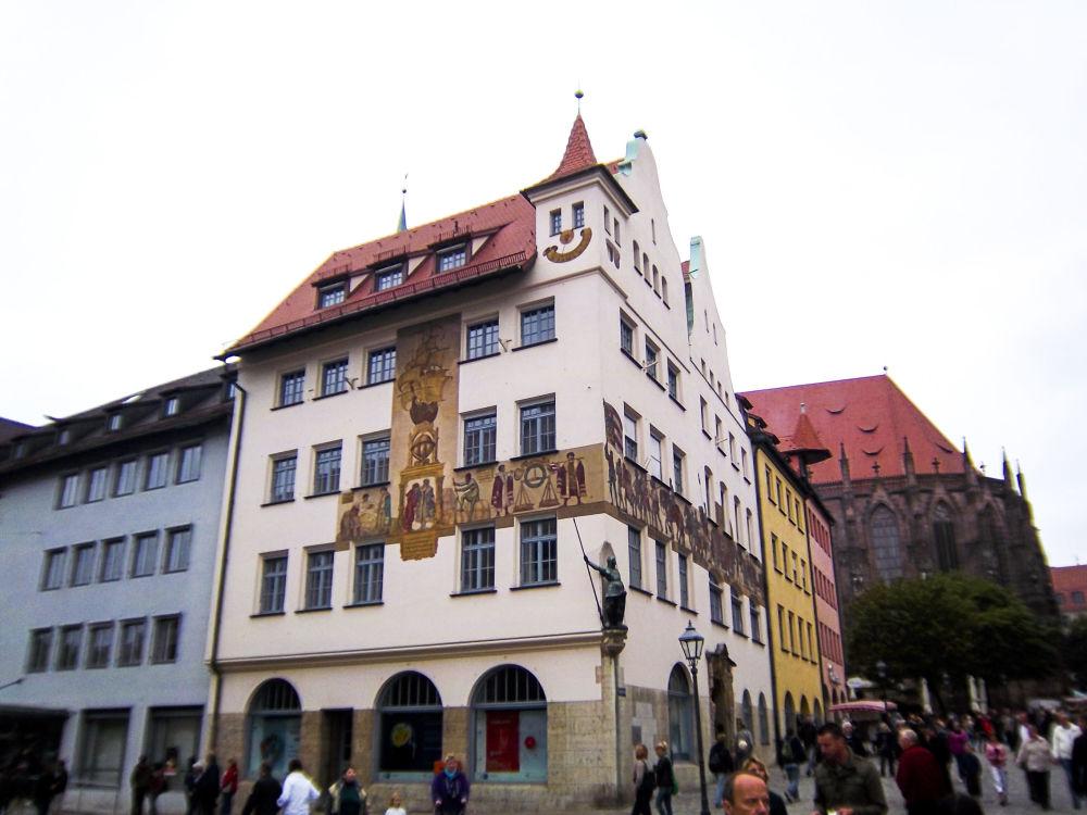 Un sorriso in cima a questo palazzo di Norinberga in Germania