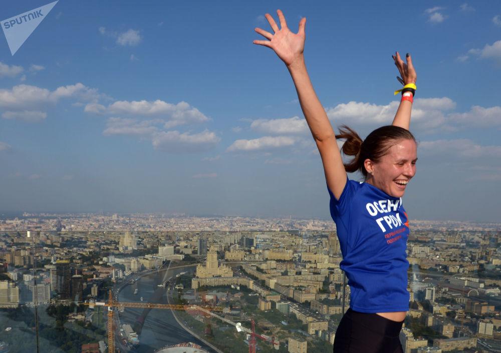 Partecipante alla corsa scalata arrivata in cima al grattacielo 'Città Capitale' festeggia appena arrivata in cima