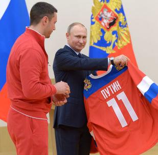 Putin e il giocatore della nazionale di hockey russa Ilya Kovalciuk durante un incontro con gli atleti partecipanti alle Olimpiadi di Pyeongchang