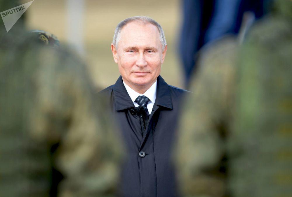 Il Presidente Putin passa in rassegna le truppe dopo l'esercitazione militare Est-2018 al poligono 'Zugol'