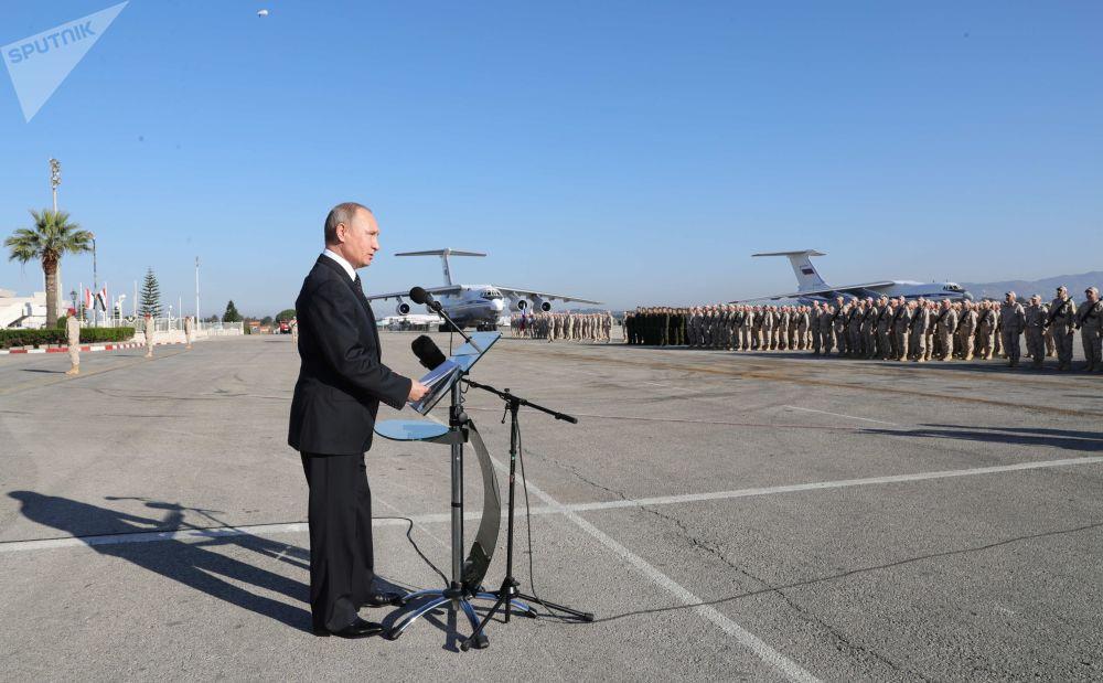 Putin in visita alla base militare Khmeimim in Siria