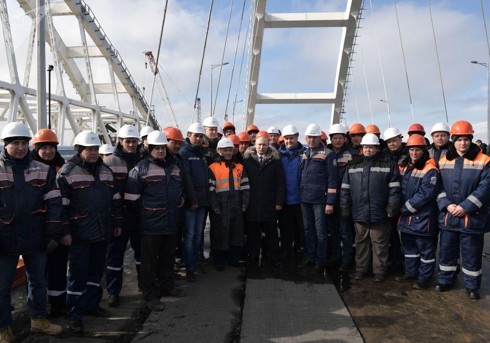 Putin con i costruttori durante l'ispezione del tratto autostradale finito del Ponte di Crimea