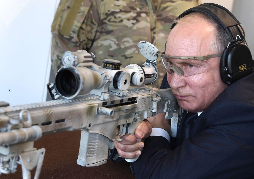 Putin spara con un fucile da cecchino Ciukavin in occasione della visita al poligono di tiro della fabbrica 'Kakashnikov'