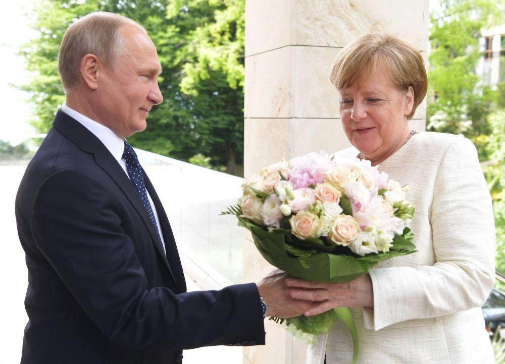 Putin e la Cancelliera Merkel durante un incontro diplomatico a Sochi