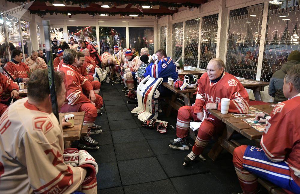 Putin durante l'intervallo di una partita serale di hockey della lega di pattinaggio GUM
