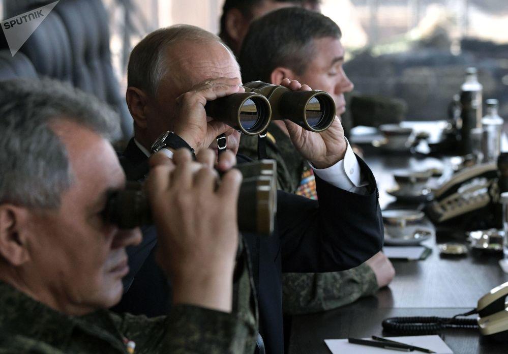 Putin osserva l'andamento delle manovre militari Vostok-2018 (Est-2018)
