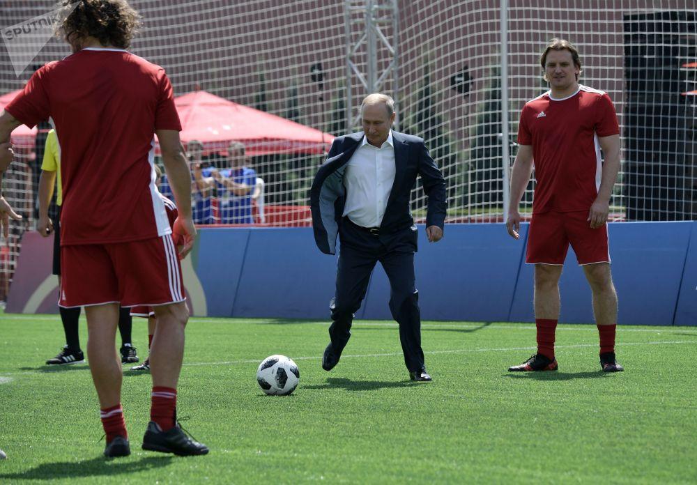 Putin durante una visita al parco a tema della FIFA sulla Piazza Rossa in occasione della Coppa del Mondo di Calcio