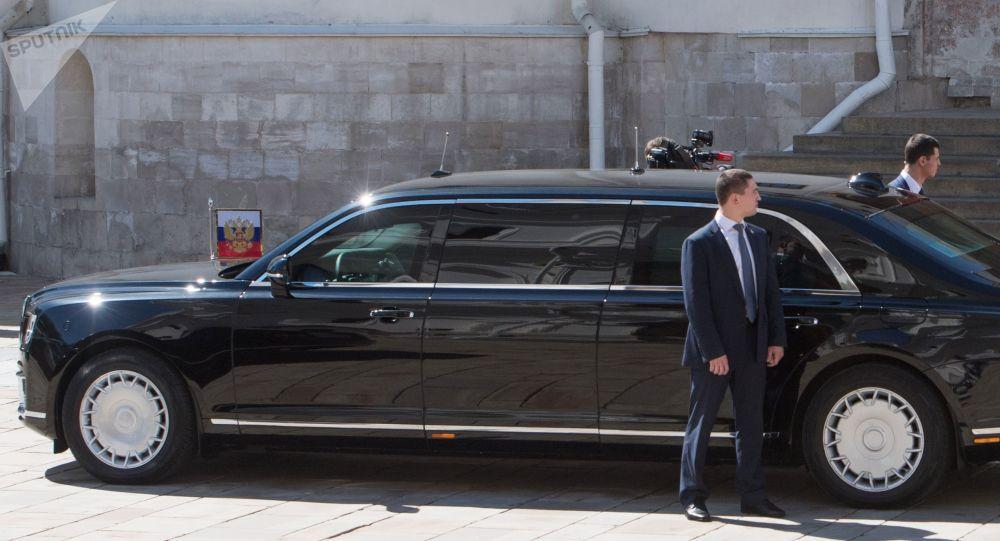 Президент РФ Владимир Путин спускается по лестнице Благовещенского собора к автомобилю Aurus кортежа президента РФ