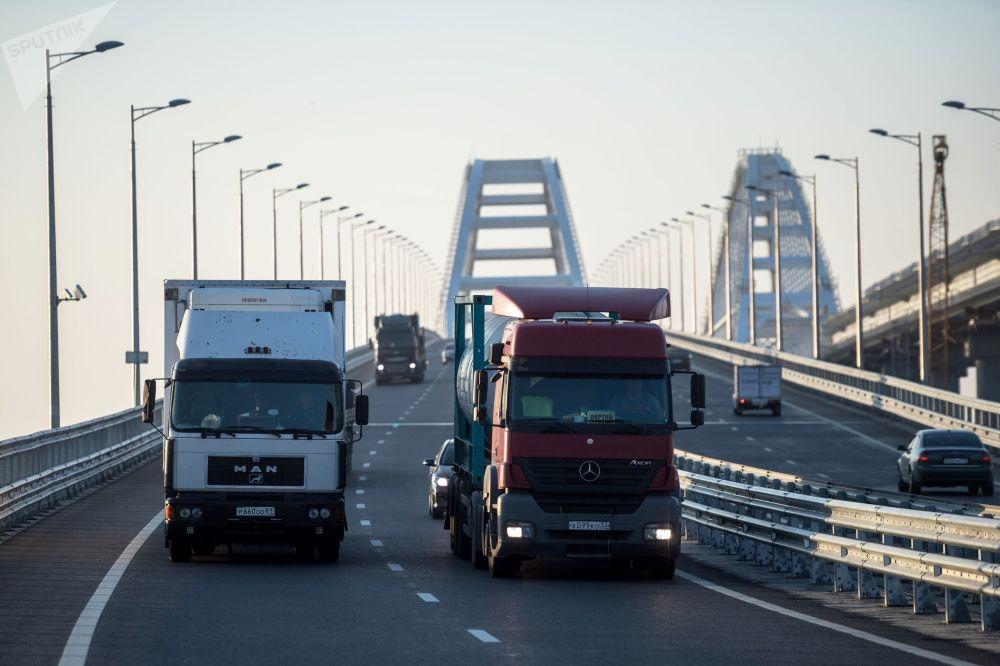 Iniziato il traffico dei camion sul ponte di Crimea.