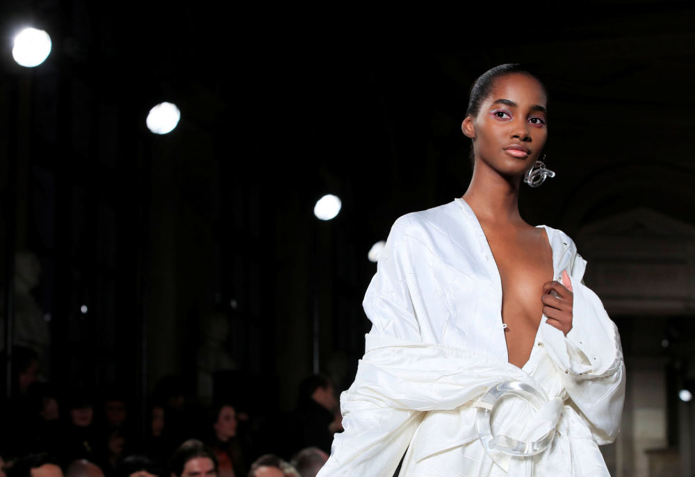 La presentazione della collezione del designer Esteban Cortazar, Paris Fashion Week.