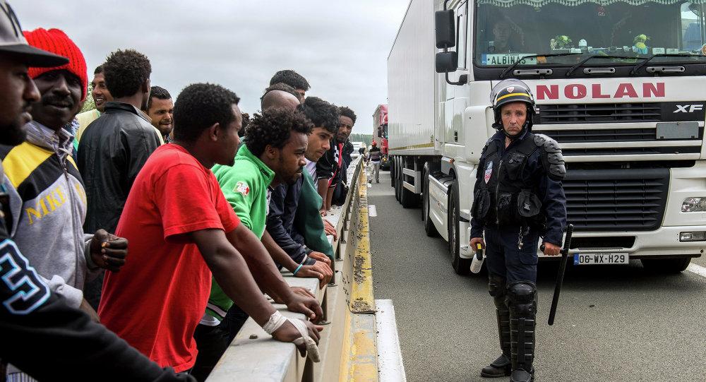Migranti al confine tra Francia e Italia