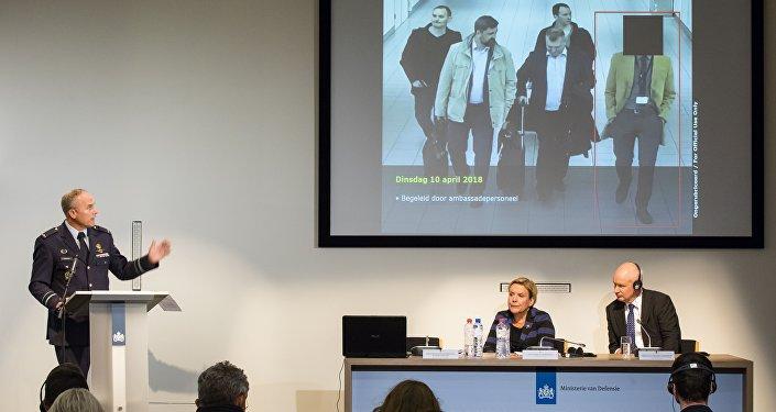 Il capo dell'Intelligence militare olandese Onno Eichelsheim, il ministro della Difesa olandese Ank Bijleveld e l'ambasciatore britannico Peter Wilson presenti alla conferenza stampa del Servizio di sicurezza e Intelligence militare olandese all'Aia, Paesi Bassi, il 4 ottobre 2018.