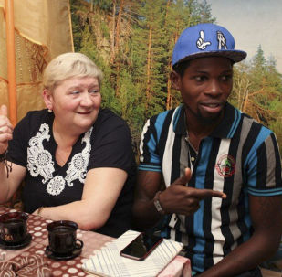 Gabriel Segun Ajayi con sua moglie Natalya Vedenina