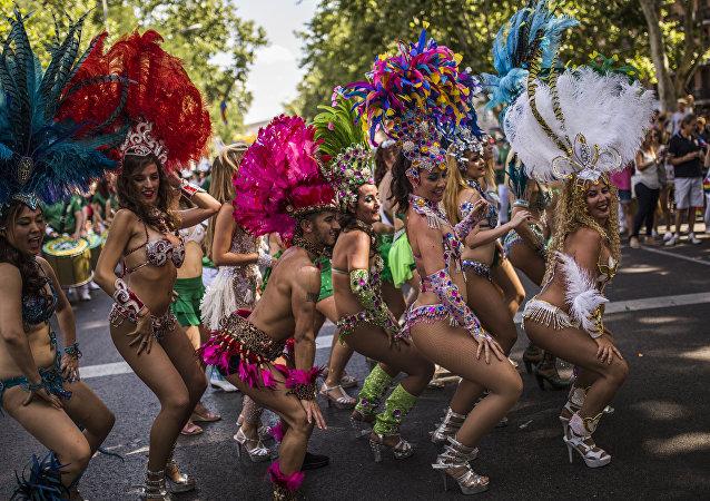 Ballerini e ballerine ad un gay pride