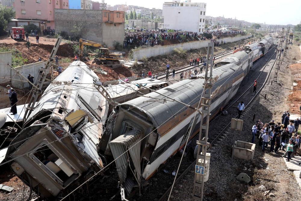 Il personale di sicurezza stanno al sito dell'incidente con un treno a Sidi Bouknadel, Morocco.