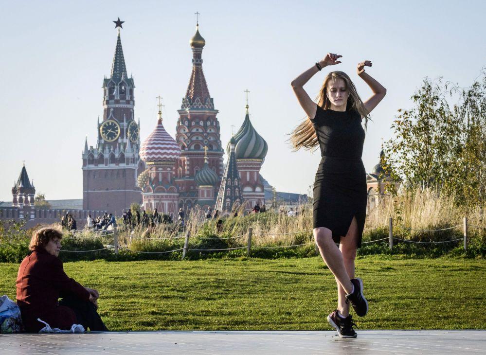 Una ragazza balla al parco Zaryadye a Mosca.