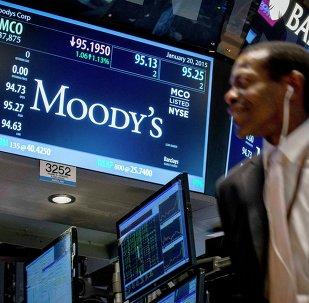 Un display di Wall Street mostra le quotazioni di Moody's