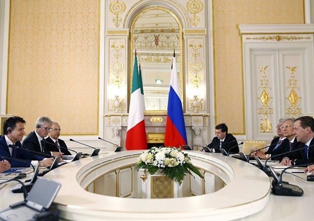 L'incontro tra il primo ministro russo Dmitry Medvedev e il premier italiano Giuseppe Conte