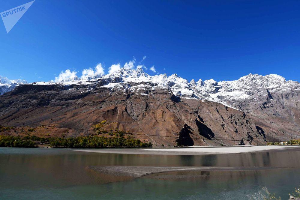 Il confine tra Afghanistan e Tagikistan: un affluente del fiume Panj