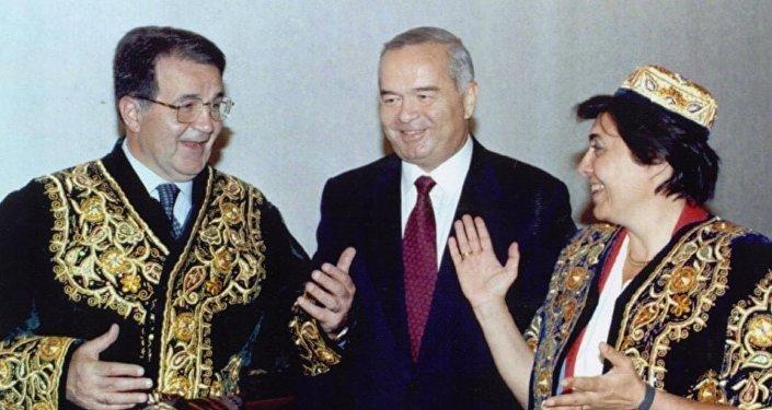 Romano Prodi, allora presidente del Consiglio viene ricevuto insieme alla moglie dal presidente uzbeko Karimov nel maggio del 1997