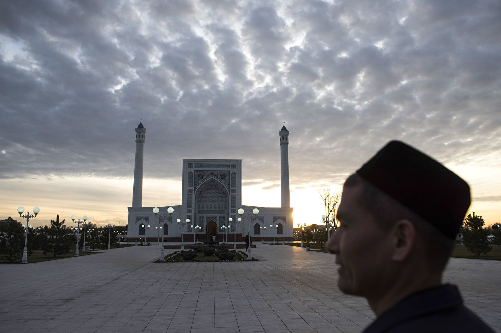 Alba a Tashkent, nella piazza dell'antica moschea Minor