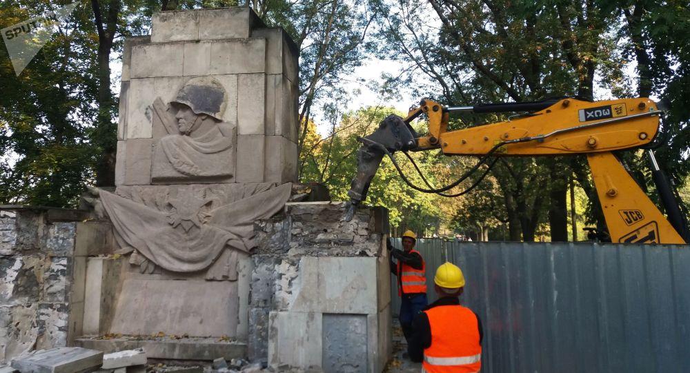 Varsavia, monumento ai caduti sovietici demolito (foto d'archivio)