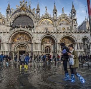 La gente sta in piazza San Marco affondata a Venezia.