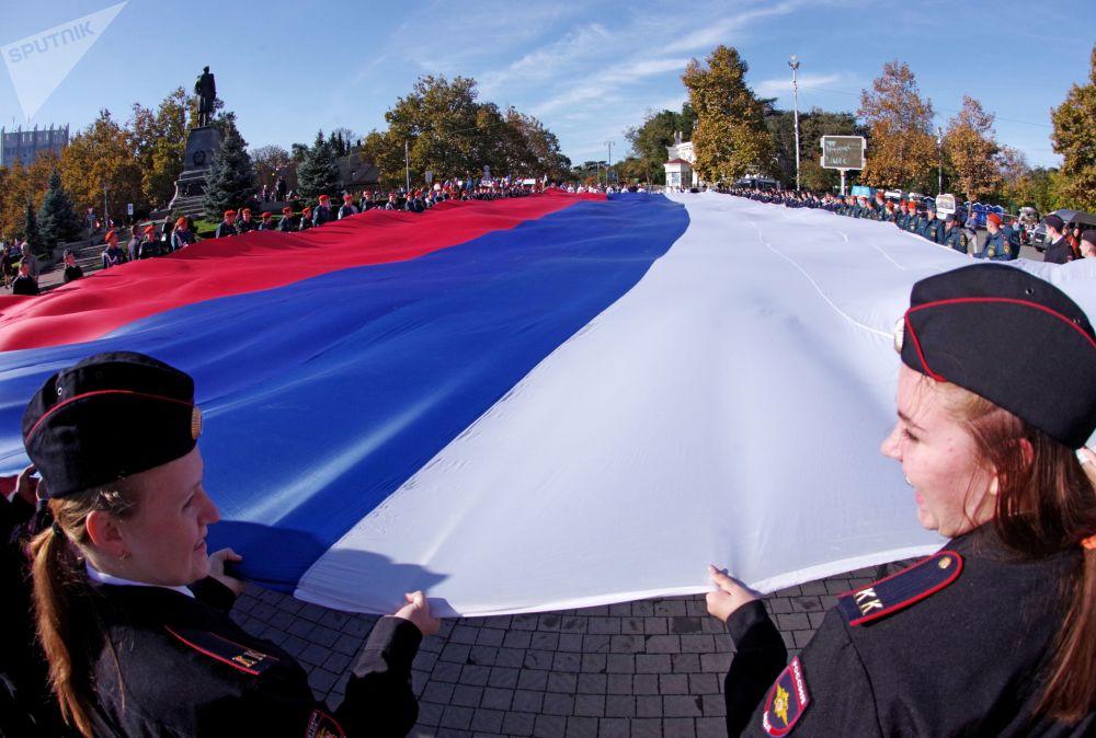 I partecipanti della manifestazione dedicata alla Giornata dell'unità nazionale a Sebastopoli.