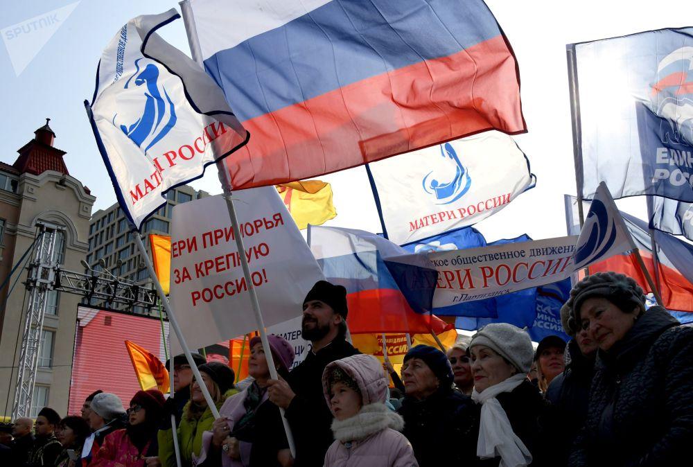 I partecipanti della manifestazione dedicata alla Giornata dell'unità nazionale a Vladivostok.