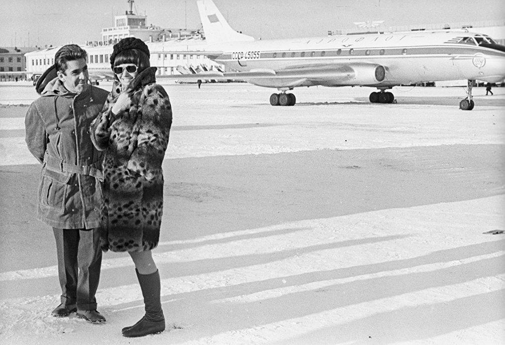 Il produttore Franco Cristaldi e l'attrice Claudia Cardinale sul set de La Tenda Rossa nel 1968