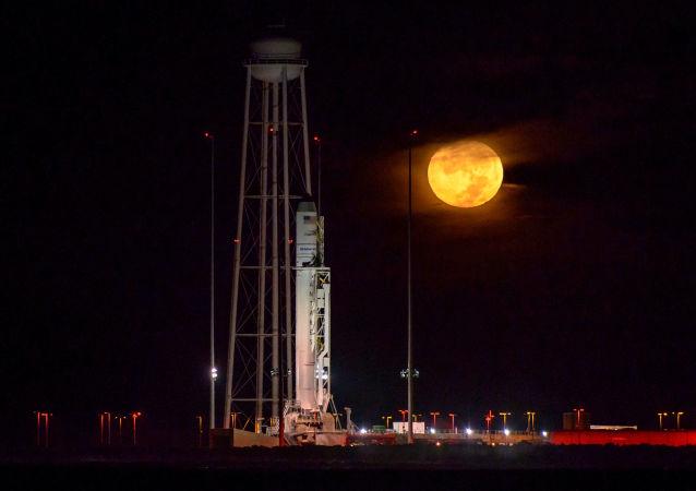 Ракета-носитель Антарес с космическим кораблем Cygnus на борту на полигоне в Вирджинии