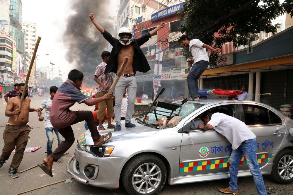 I manifestanti a Dhaka, Bangladesh.