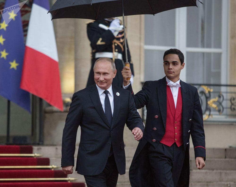 Il presidente russo Vladimir Putin lascia il Palazzo Eliseo dopo la collazione di lavoro.