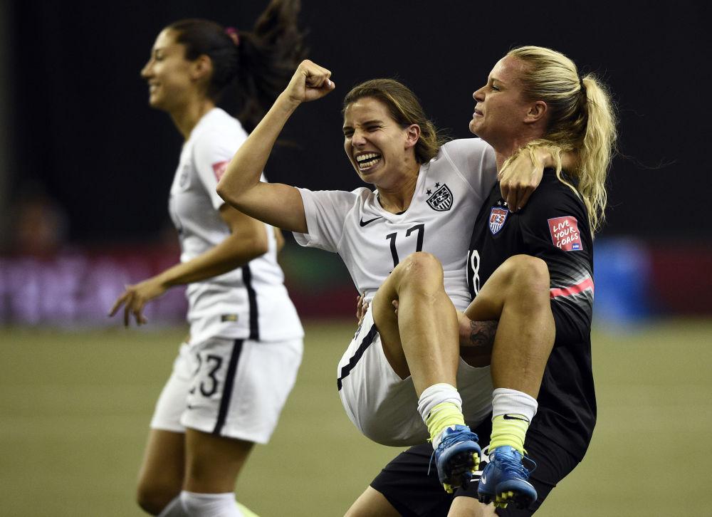 Giocatori di una squadra di calcio femminile celebrano la vittoria.