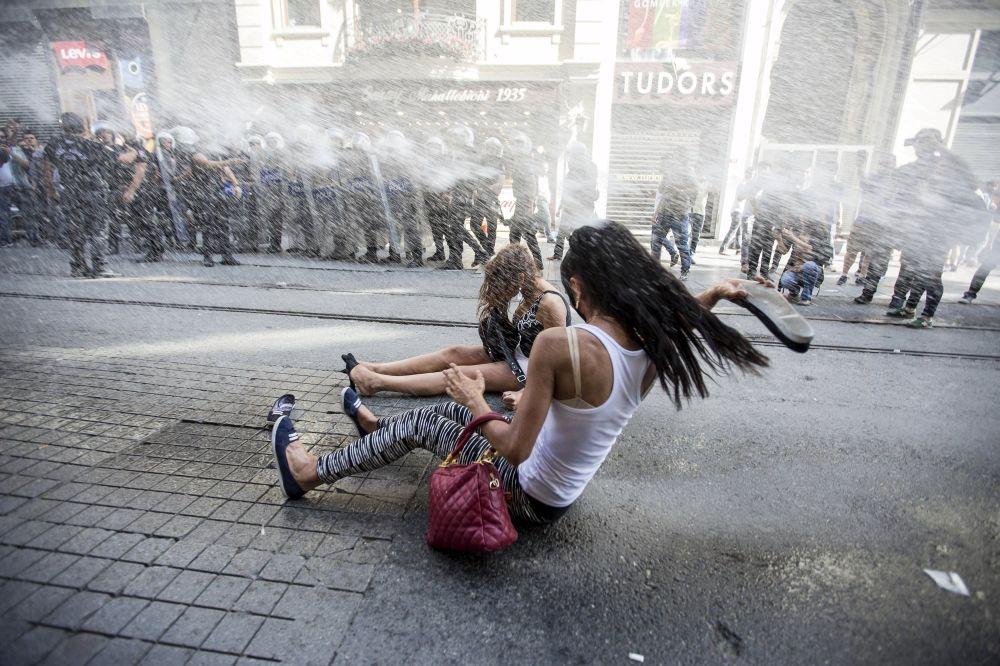 La polizia per la tutela dell'ordine pubblico si scontra con i sostenitori del movimentto LGBT prima della parata gay pride a Istanbul, Turchia.