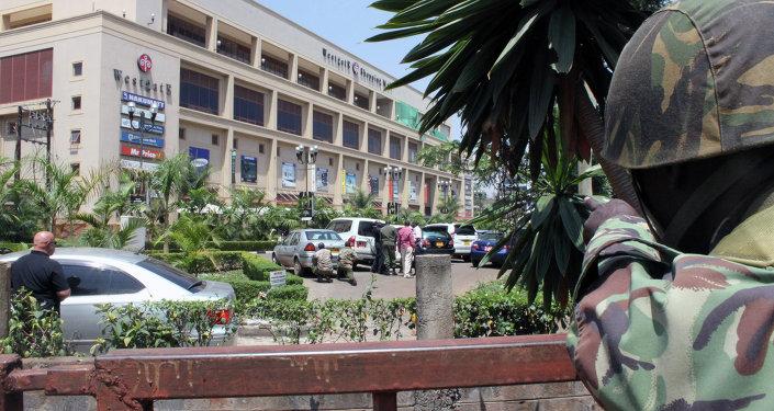 Soldato fuori un centro commerciale a Nairobi, Kenya.