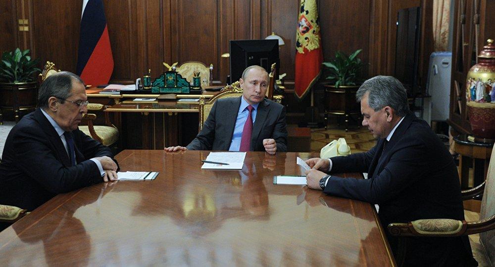 Vladimir Putin al centro, Sergey Lavrov a destra e Sergey Shoygu a sinistra durante una riunione.