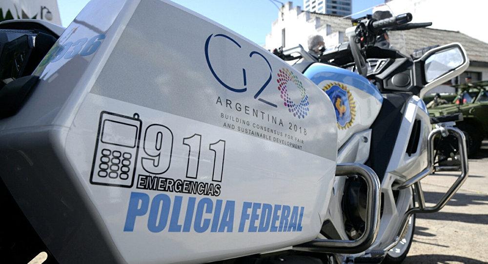 Moto della Polizia Federale argentina con il logo del G20
