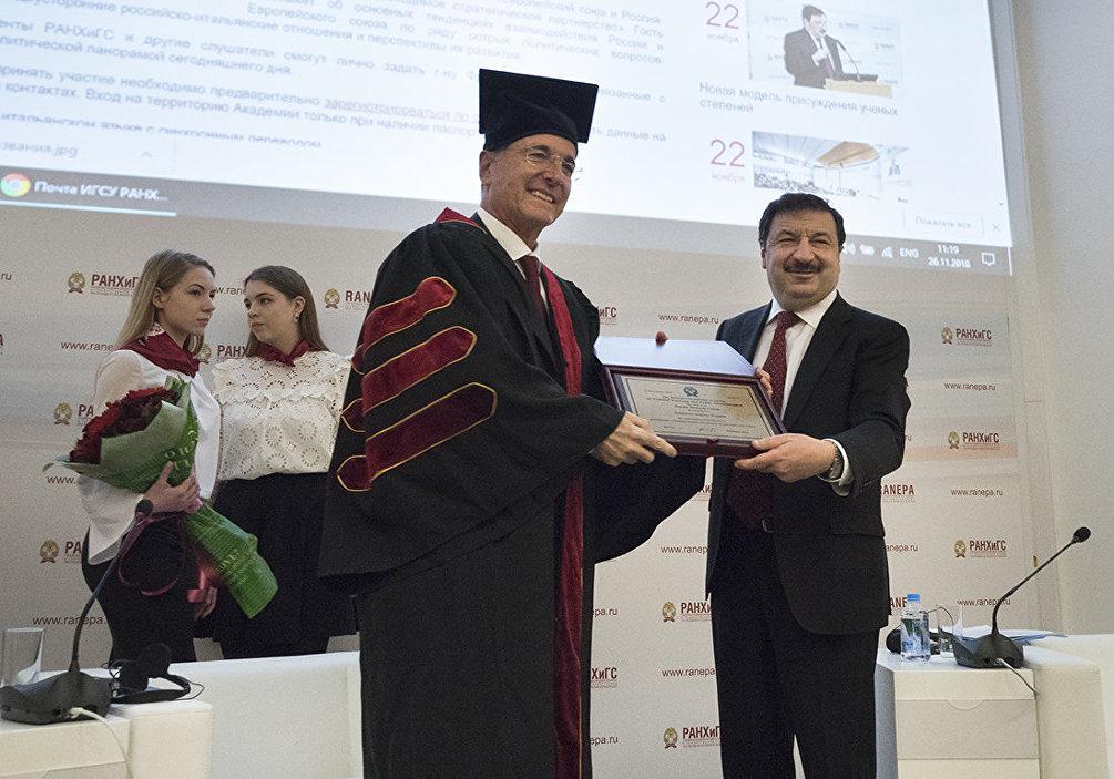 Il rettore Vladimir Mau consegna il Dottorato Onorario dell'Accademia Presidenziale russa a Franco Frattini