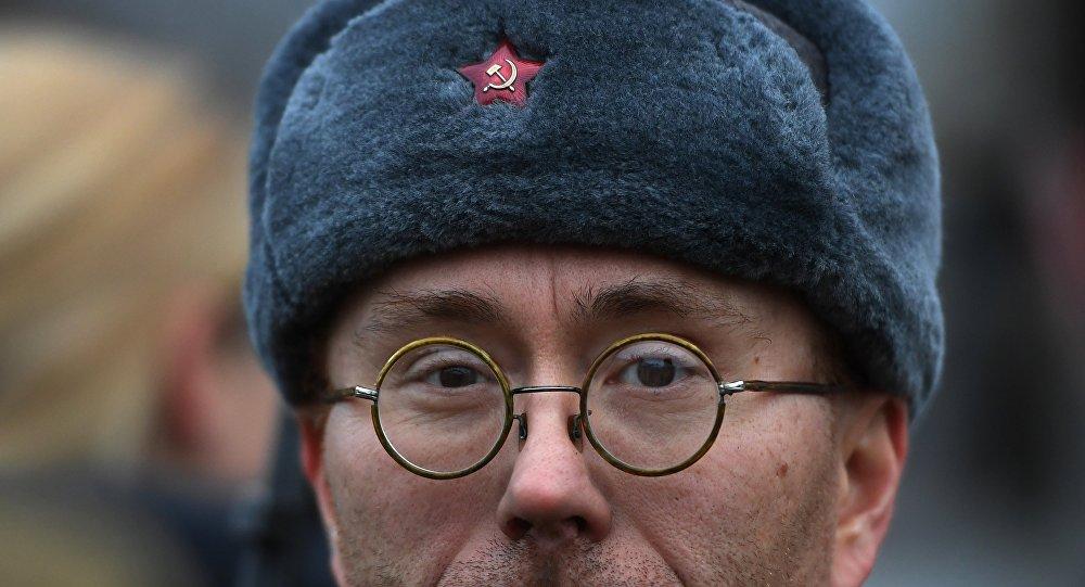Un partecipante al corteo per i 100 anni della Rivoluzione d'Ottobre