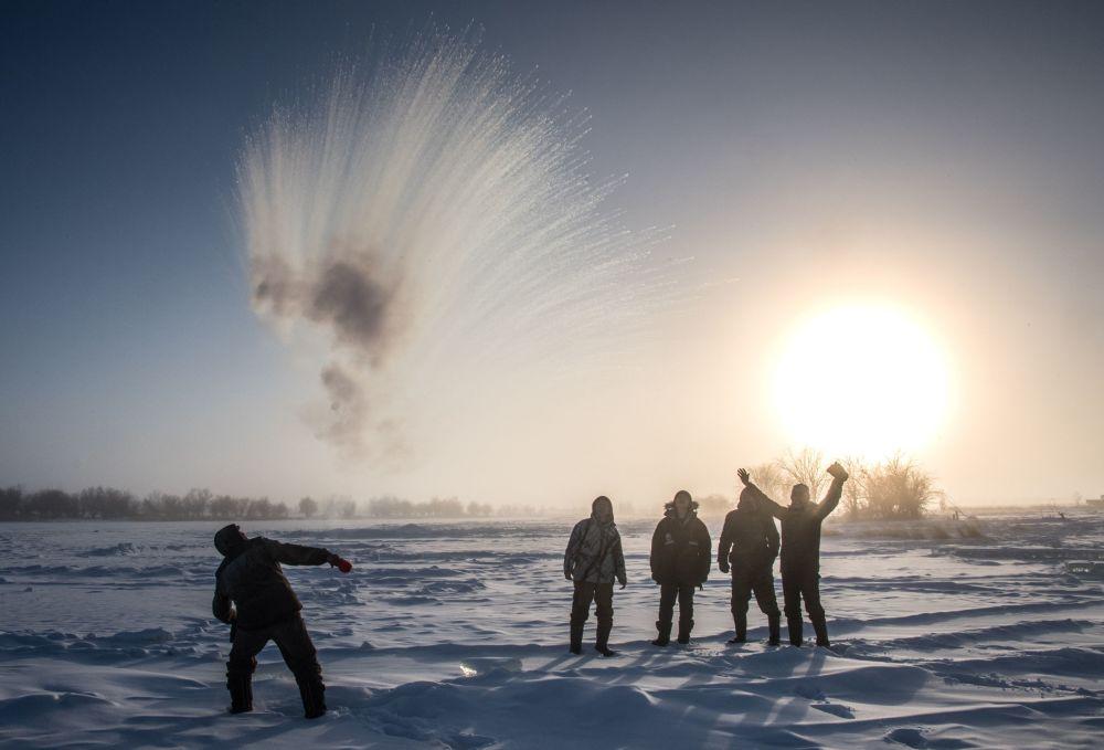 Gli abitanti di un villaggio vicino a Yakutsk, Russia.
