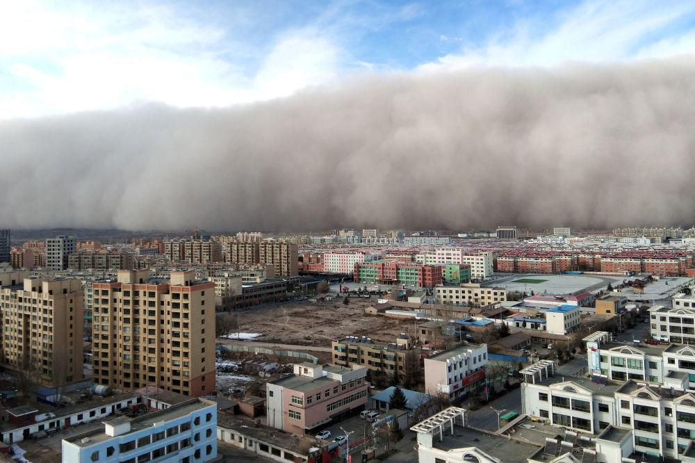 Una tempesta di sabbia a Zhangye, Cina.