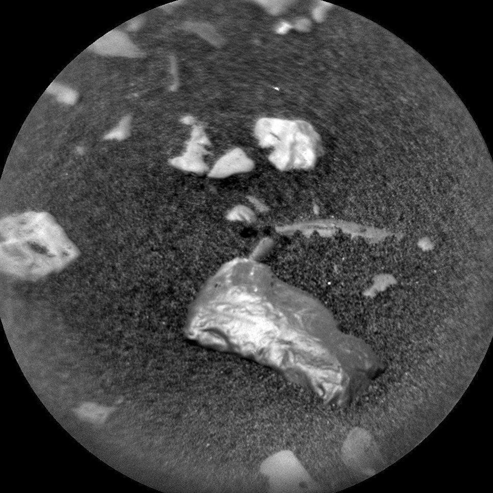 Una strana roccia lucida e dorata scoperta sulla superficie marziana
