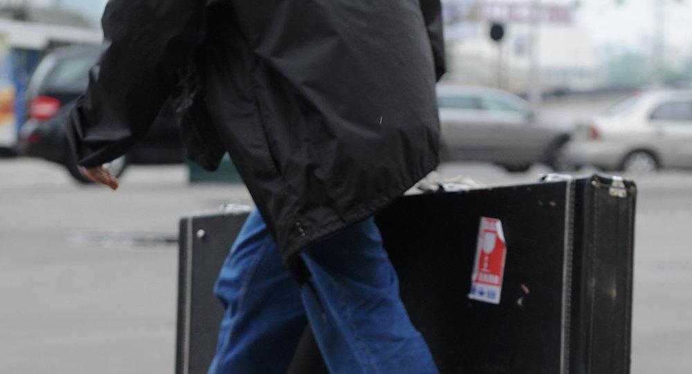 Un uomo in partenza con una valigia