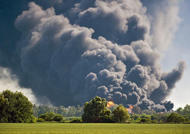 Un incendio in una zona di campagna