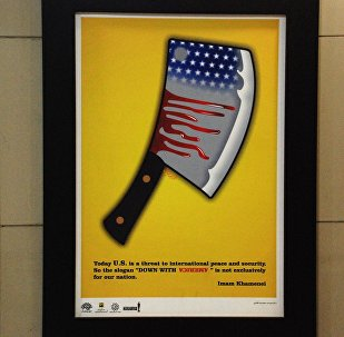 Una cartella antiamericana nel sottopassaggio della stazione della metropolitana Vali-Asr a Teheran, Iran.