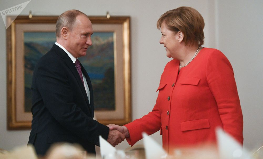 Il presidente russo Vladimir Putin e il cancelliere tedesco Angela Merkel, durante i colloqui a margine del vertice del G20 in Argentina.
