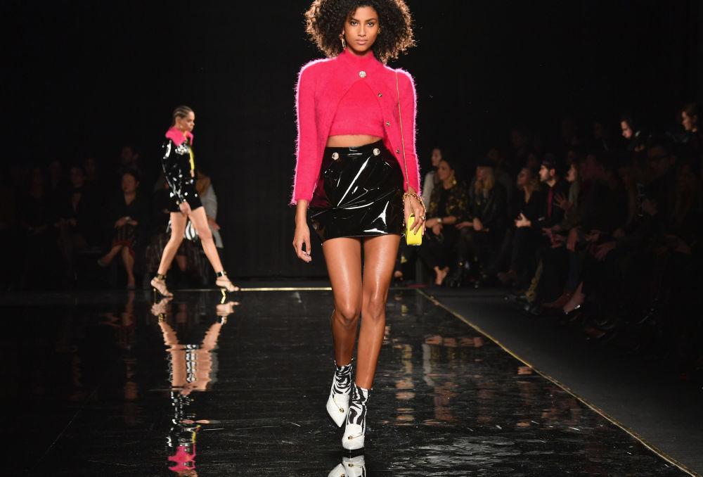 Una modella durante la sfilata di moda Versace a New York.